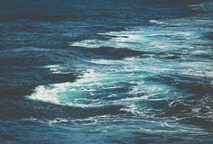 在小船后挥动,当巡航通过明亮的太阳光的时海洋 免版税库存照片