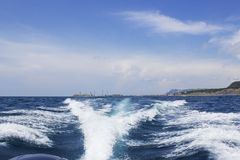 在小船后的海波浪 图库摄影