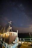 在小船后的银河 库存图片