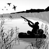 在小船射击飞行鸭子的猎人 掩藏在灌木和芦苇的猎人 鸭子寻找 Forest湖 人的爱好 免版税图库摄影