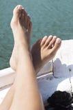 在小船弓的脚  免版税库存照片