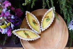 在小船形状的蛋馅饼 免版税库存图片