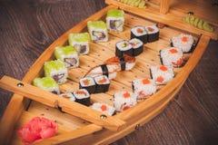 在小船板材设置的寿司卷 免版税库存照片
