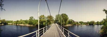 在小船桥日好的9月暂挂水之下 河Khorol Mirgorod 手段 免版税库存照片
