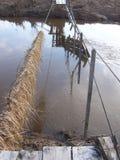 在小船桥日好的9月暂挂水之下 免版税库存照片