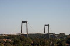 在小船桥日好的9月暂挂水之下 免版税图库摄影