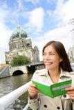 在小船游览柏林,德国中的旅游妇女 库存照片