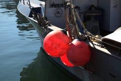 在小船的三个红色浮体 免版税库存图片