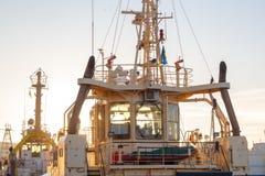 在小船的上尉的客舱在sunnset光的港口  冬天 免版税图库摄影