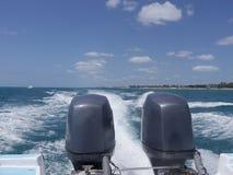 在小船的两个马达 图库摄影