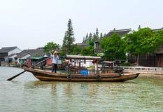 在小船的中国平底船的船夫航行 图库摄影