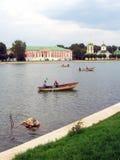 在小船的人风帆 宫殿被看见在背景 库存图片