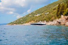 在小船的休闲在一座美丽的山的岸附近 结合旅行在海在海岛附近 特写镜头红色绳索海上旅行 免版税库存照片