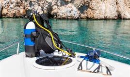 在小船的佩戴水肺的潜水设备 免版税库存图片