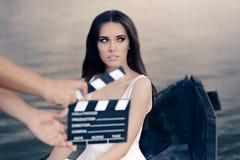 在小船的减速火箭的女演员射击电影场面 免版税图库摄影