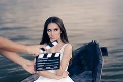 在小船的减速火箭的女演员射击电影场面 库存图片