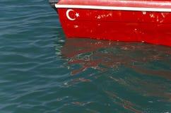 在小船的土耳其旗子 库存照片