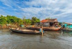 在小船的小女孩游泳 免版税库存照片