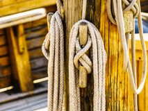 在小船的帆柱索具 免版税库存图片