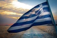 在小船的希腊旗子在风 库存照片