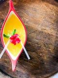 在小船的惊人的夏天鸡尾酒 免版税图库摄影