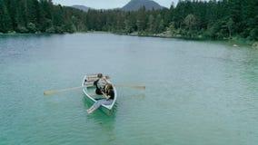 在小船的愉快的千福年的夫妇在高山湖 股票视频