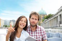 在小船的旅行旅游夫妇游览柏林,德国 免版税库存照片