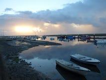 在小船的日出在河 免版税库存照片