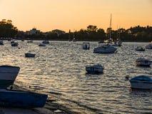 在小船的日落在科孚海湾在科孚岛希腊海岛上的  库存照片