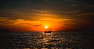 在小船的日落海上 库存图片