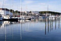 在小船的晚上太阳在港口,奥尔胡斯丹麦 免版税库存照片