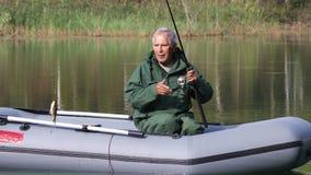 在小船的更老的人渔 股票视频