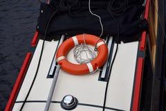 在小船的橙色救生圈圆环在伯明翰老运河 图库摄影