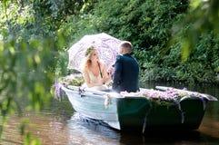 在小船的浪漫爱情小说 有花圈和白色礼服的妇女 欧洲传统 库存照片