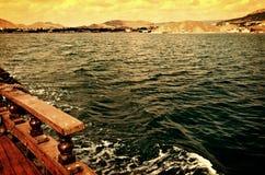 在小船的海步行 库存图片