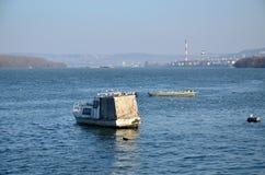在小船的海鸥 免版税图库摄影