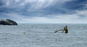 在小船的渔夫航行。 免版税库存照片
