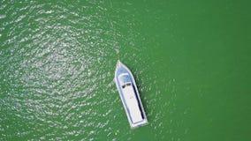 在小船的照相机在海洋 股票视频