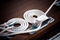 在小船的白色尼龙绳索 免版税图库摄影