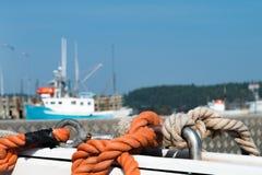 在小船的绳索在小游艇船坞 免版税库存图片