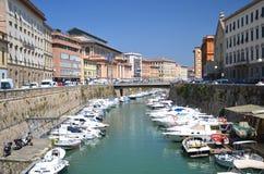 在小船的美丽如画的看法在城市渠道在里窝那,意大利 免版税图库摄影