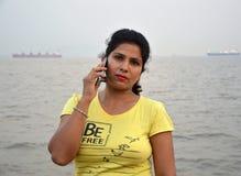 在小船的美好的印度妇女画象身分 免版税库存照片