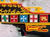 在小船的船尾的古老纹章 免版税库存照片