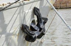 在小船的船锚在布里斯托尔港口 英国 图库摄影
