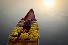在小船的花在浮动市场上 库存照片