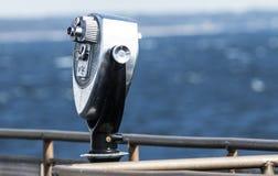 在小船的观光的双筒望远镜 免版税图库摄影