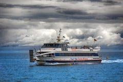 在小船的远航从海滩肋前缘Brava离去 库存图片