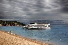 在小船的远航从海滩肋前缘Brava离去 库存照片