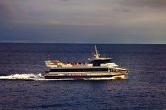 在小船的远航从海滩肋前缘Brava离去 免版税库存照片