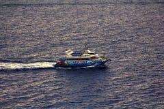 在小船的远航从海滩肋前缘Brava离去 免版税库存图片